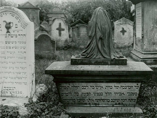 Levý náhrobek Mojžíše Zweiga (1750 – 1840), předka Stefana a Maxe Zweiga, je na horní části ozdobena nádobou na umývání rukou, což je tradiční symbol levitů