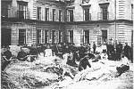 1. DOBRÉ SPANÍ. Vycpávání slamníků všumperských kasárnách vroce 1934.