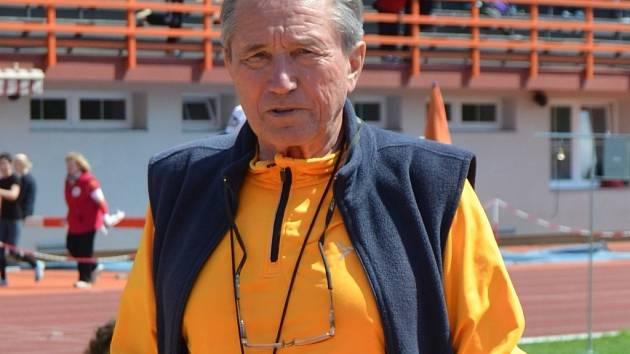 ATLET TĚLEM I DUŠÍ. Milan Čečman byl vynikající atlet, dnes působí jako předseda Atletického klubu Prostějov a podílí se na organizování různých závodů.