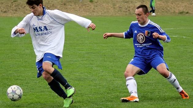 1. FK Prostějov (v modrém) vs. FC MSA Dolní Benešov - Christos Chalkias (vlevo), Zdeněk Fládr.