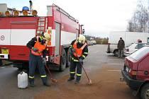 Na parkovišti u prostějovské nemocnice navrtal zloděl plnou nádrž favoritu, na místě museli zasahovat hasiči.