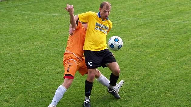 Konice (ve žluto-černém) vs. Blansko. U míče jediný střelec Martin Hlouš v souboji s Michalem Hájkem