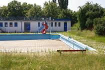 V kdysi oblíbeném bazénu v Kostelecké ulici si už asi nikdo nezaplave. Radnice do něj investovat nechce.