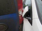 Špatně zaparkovaný fiat ve Slatinkách se rozjel a rozbil BMW