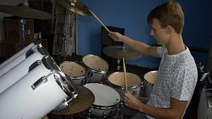 Šestnáctiletý bubeník Ondřej Šteigl v akci