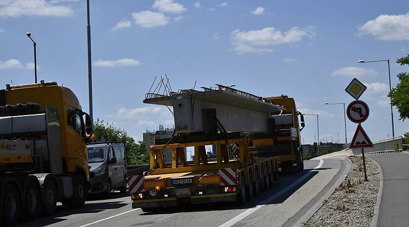 Druhý největší jeřáb v republice klade nosníky na dálniční most D46 v Prostějově. 19.6. 2021