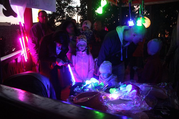 Děti si v setmělém parku užily stezku plnou dýní i úkolů.