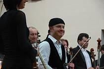 Vystoupení houslového virtuose Pavla Šporcla a Filharmonie Bohuslava Martinů Zlín zaplnilo sál Kulturního domu v Čelčicích do posledního místa