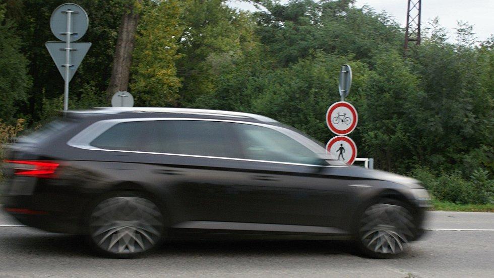 """Nové zábradlí při ústí cyklostezky z Prostějova do Mostkovic na """"Hitlerovu dálnici"""""""