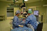 MUDr. Petr Frgál, primář očního oddělení a Martina Pevná, vrchní sestra očního oddělení s novým operačním mikroskopem