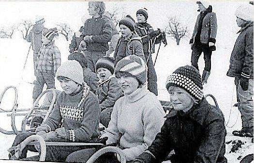 ZÁVODNÍCI. V obci se konaly sáňkařské závody. Fotografie pochází z roku 1981 a jsou na ní zobrazeni místní obyvatelé. Někteří z nich v obci stále žijí.