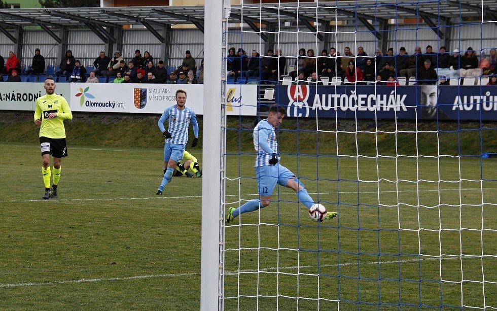 Fotbalisté Prostějova (v modro-bílém) remizovali s Ústím nad Labem 1:1. Jan Šteigl otevírá skóre.