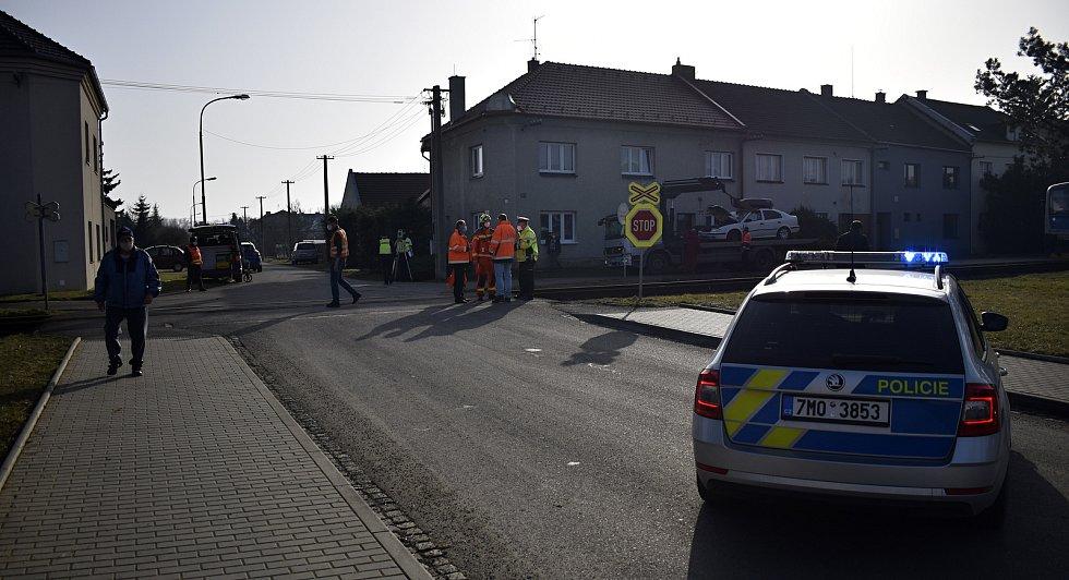 Osobní vlak smetl na nechráněném přejezdu v Kostelci na Hané osobní automobil se čtyřmi lidmi. 25.2. 2021