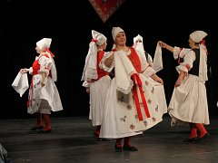 Pokročilý věk, sedmdesát let, oslavil včera Národopisný soubor Mánes. Tancem činnost souboru připomněli dospělí i děti.