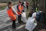 Na celonárodním uklízení se v pátek podíleli i školáci z Brodku u Prostějova. Více než tři desítky poklidily okolí silnice do Kobeřic.