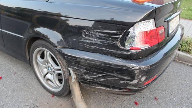 Půjčil si od známého auto, naboural BMW, které bylo zaparkované na silnici a od místa ujel.
