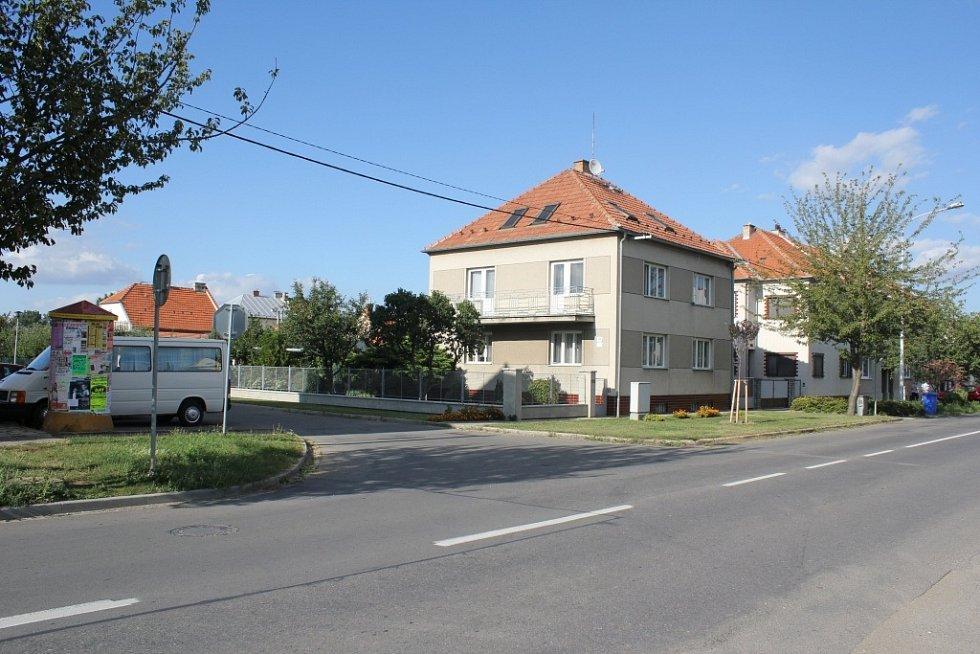 Místo nehody policistů s odbočující řidičkou ve Vrahovické ulici