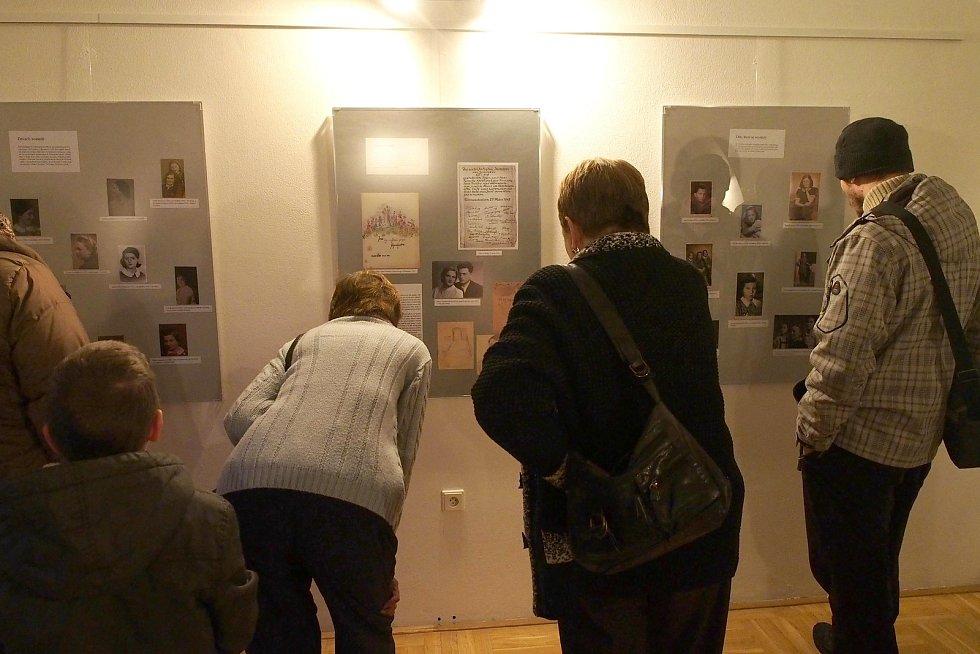 Výstava s názvem Děvčata z pokoje 28 L 410 Terezín v prostějovském Špalíčku