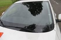 Dvě podobné havárie se staly v úterý v obci Smržice. Zlomené větve poničily čelní sklo dodávce Fiat a osobnímu automobilu Škoda.