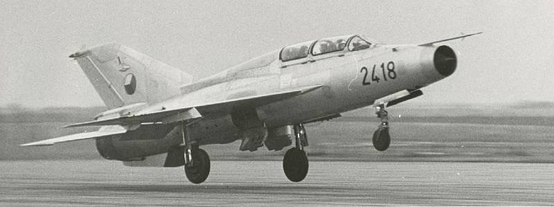 """Tragická havárie MIGu-21U u Bukové na Prostějovsku 14. 10. 1988 -  snímek letounu MiG-21U trupového čísla """"2418"""""""