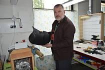 Jiří Otava se staví k práci zodpovědně. Sedla šije na stroji i ručně.