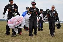 Na letišti probíhá Mistrovství Evropy a Světový pohár v celkem šesti parašutistických disciplínách