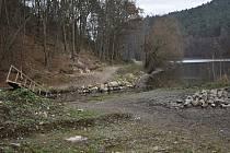Místo, kde vyroste na přehradě most pro cyklisty a pěší. 30.11.2020
