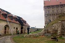 Jednu z hospodářských budov na zámku v Plumlově ponočil požár v noci z 10. na 11. října 2016. Ilustrační foto