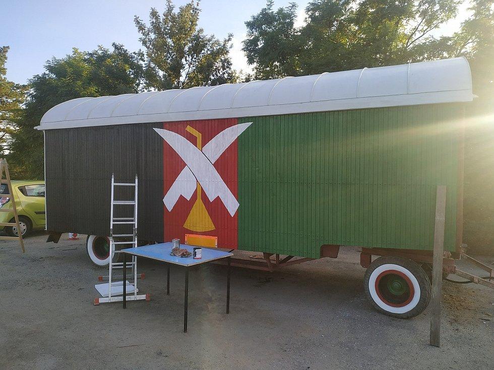 Snímky ze života Pivína poskytla Deníku samotná obec. Originální maringotka a spolek Rakváči.