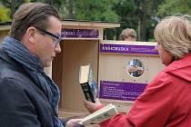 Speciální knihobudku instalovali v Kolářových sadech v Prostějově.