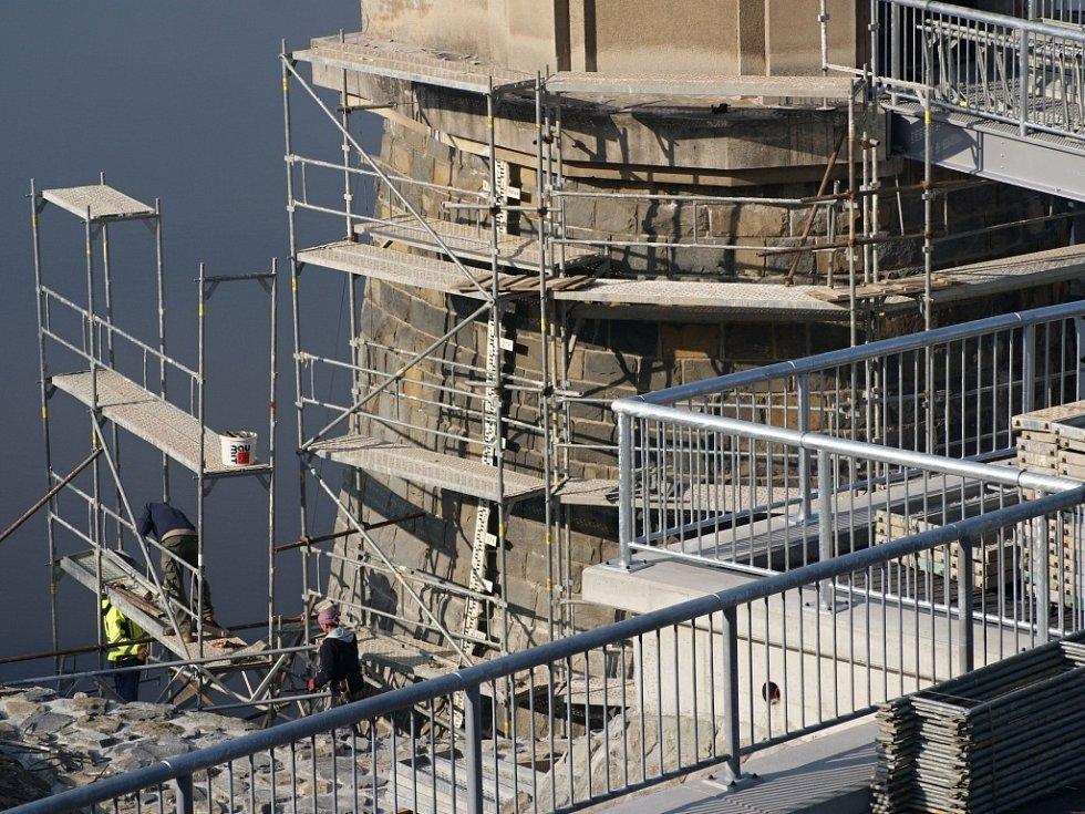 Plumlovská přehrada 1. 11. 2013 -- oprava budovy hrázného