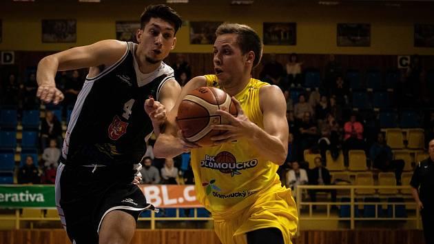 BK Olomoucko (ve žlutém) porazil Hradec Králové 93:70.