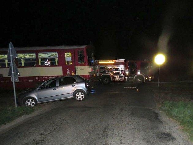 Srážka vlaku sautomobilem uKostelce si vyžádala jedno zranění.