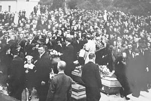 Pohřbu vícovských obětí se účastnilo na tisíce lidí. Malý vícovský hřbitov je málem nepojal.