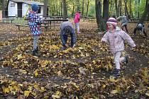 Děti v pátek na Hloučele vytvářely umění, konkrétně se věnovaly land artu. Použily tak, co bylo po ruce: listy, větvičky, kamení. Prvním z výsledků byla spirála z listů.