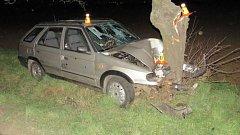 Řidič nedaleko Domamyslic havaroval. Z auta odešel a slehla se po něm zem