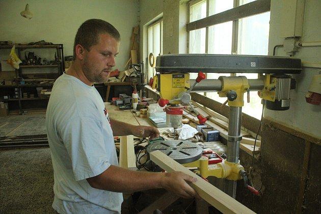 Pila v Ponikvi je v oboru drobným výrobcem. Přesto v nelehkých dobách stále funguje.
