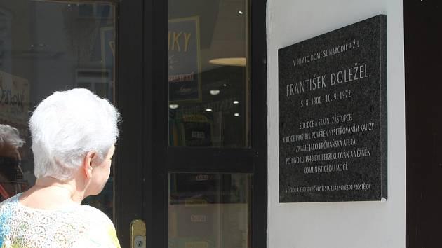 Odhalení pamětní desky Františku Doleželovi na Žižkově náměstí v Prostějově