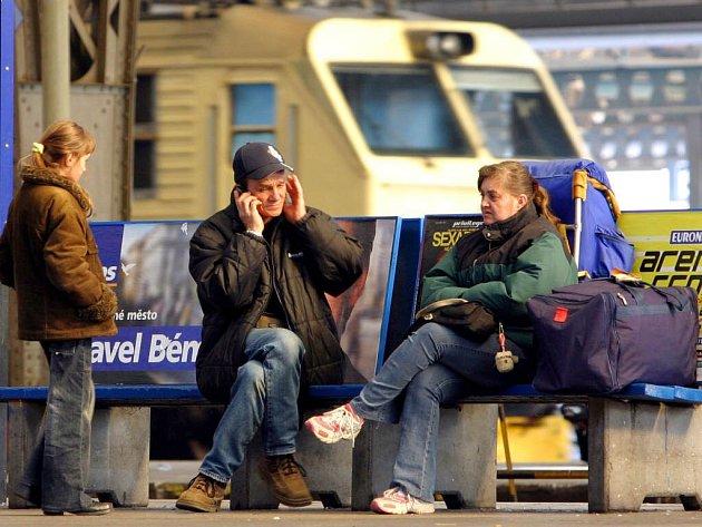 Cestující Českých drah musí v zavazedlech vozit pořádnou dávku trpělivosti.
