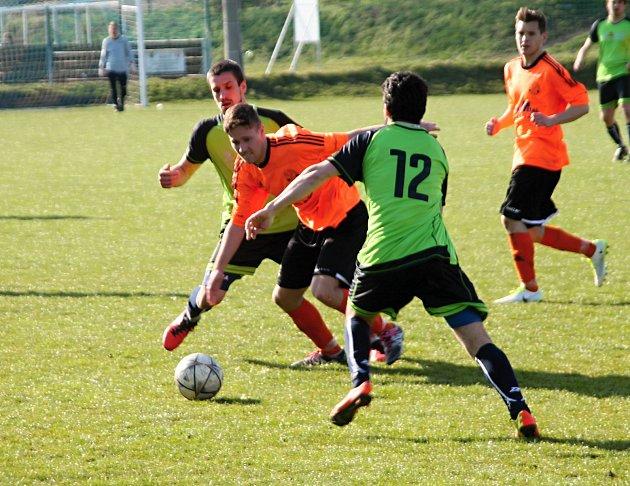 Fotbalisté Čechovic (v oranžovém) na lídra z Opatovic nevyzráli.