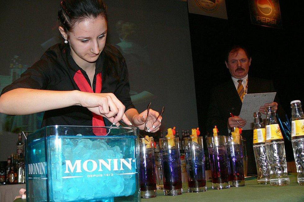 Lenka Vymlátilová (SOU obchodní v Prostějově) připravila nápoj s názvem Pták Ohnivák