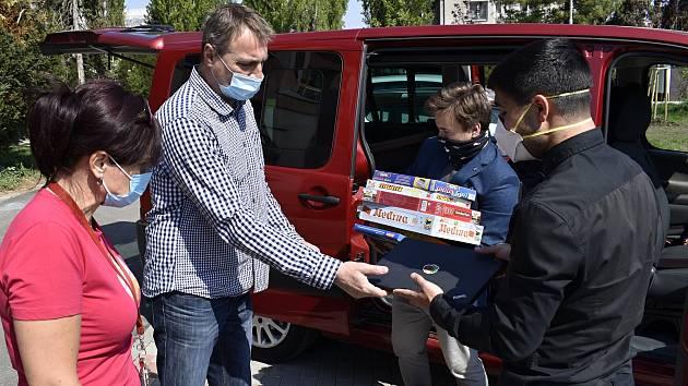 Organizace Společně pro dětské domovy dodala notebooky do Prostějova a Plumlova.