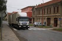 """Kamiony se vyhýbají zpoplatněné dálnici a jezdí po staré """"brněnské"""" silnici přes Brodek u Prostějova. Místní si stěžují na hluk, prach a popraskané zdi"""