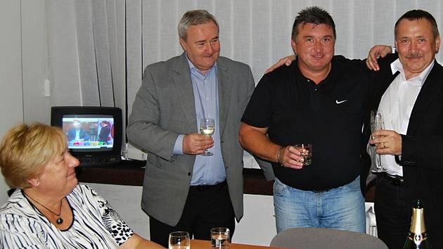 Alena Rašková (vlevo) při oslavě výsledků voleb do poslanecké sněmovny v roce 2013 - dále na snímku: Miroslav Pišťák, Ladislav Hynek, Pavel Holík