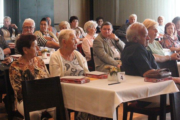 Starší z obyvatel Prostějova, oslavenci, se sešli v Duze. Dostali dárek i možnost sejít se s dávnými přáteli