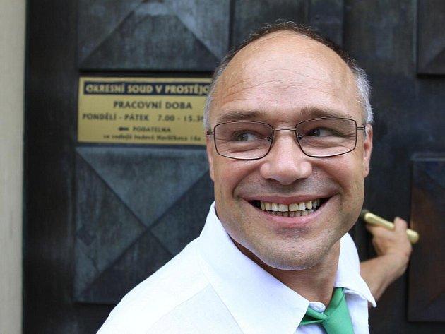 Dušan Dvořák vstupuje 13. července 2010 prvně do budovy Okresního soudu v Prostějově.