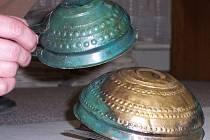 Stopy v patině na šálcích z Křenůvek, které naznačují,  jak byl poklad původně uložen