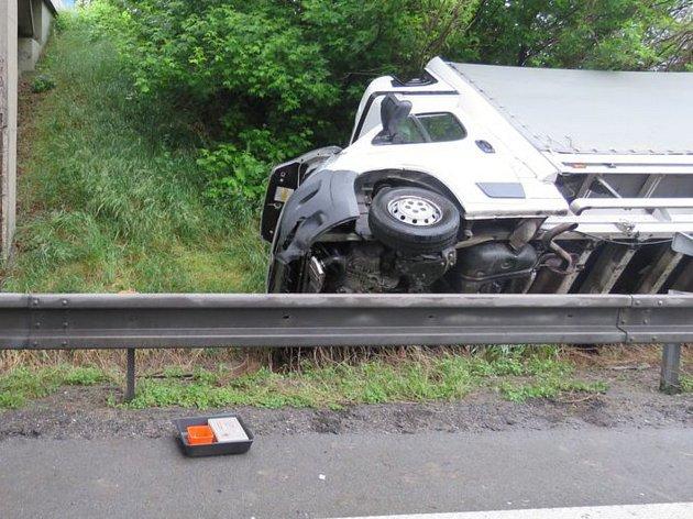 Těsně před sjezdem na Olšany položil řidič náklaďák na bok