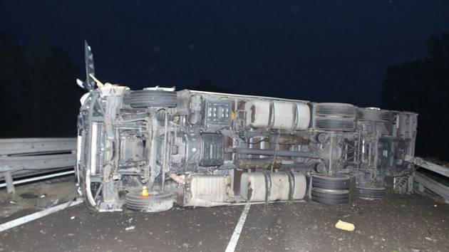 Převrácený kamion zastavil u Prostějova provoz na D46
