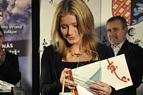 Cenu za Libora Jirouška převzala jeho přítelkyně Linda.